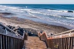 Escalera dirigida abajo a la playa de estado del sur de Carlsbad Fotos de archivo