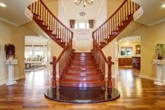 Escalera doble elegante con una lámpara fotos de archivo