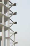 Escalera durante la construcción con el cielo azul Fotos de archivo libres de regalías