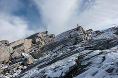 Escalera en el acantilado del paso de Monte Moro cerca de Macugnaga, en el macizo de Monte Rosa imagen de archivo