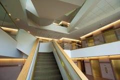 Escalera en el edificio de oficinas Fotografía de archivo libre de regalías