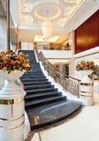 Escalera en el pasillo del hotel imagenes de archivo
