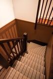 Escalera en forma de 'U' alfombrada en un hogar de lujo Imagen de archivo