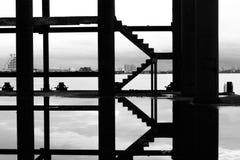 Escalera en la foto blanco y negro, abstracta Imagenes de archivo