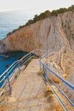 Escalera en la roca sobre el mar Fotos de archivo libres de regalías