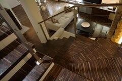Escalera en sala de estar moderna Foto de archivo libre de regalías