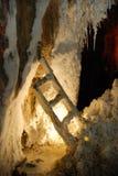 Escalera en una mina de sal cubierta con este mineral Fotos de archivo libres de regalías