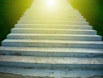 Escalera, encendida por la luz del sol fotos de archivo
