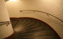 Escalera espiral abajo a una plataforma del tren Fotografía de archivo libre de regalías