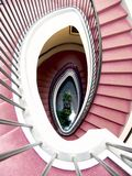 Escalera espiral, alfombra roja Imagen de archivo