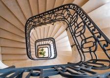 Escalera espiral anaranjada adentro con la barandilla del metal abajo Foto de archivo