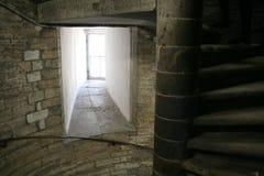 Escalera espiral, carriles, paredes de ladrillo grises, ventanas en el santo Isaak Cathedral en Sain Petersburg Fotos de archivo libres de regalías