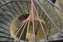 Escalera espiral, carriles, paredes de ladrillo grises, ventanas en el santo Isaak Cathedral en Sain Petersburg Fotografía de archivo libre de regalías