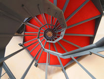 Escalera espiral con la alfombra roja Fotografía de archivo