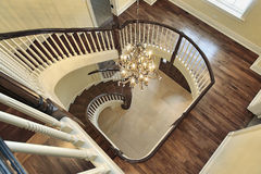 Escalera espiral con la opinión del salón Foto de archivo