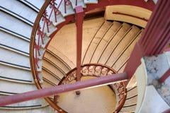 Escalera espiral con los pasamanos rojos en el Carnegie Fotografía de archivo libre de regalías
