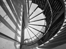 Escalera espiral de acero en blanco y negro imagen de archivo libre de regalías