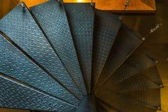 Escalera espiral de acero suspendida interior Imágenes de archivo libres de regalías