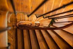 Escalera espiral de madera en el edificio viejo, París, Francia imagen de archivo