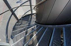 Escalera espiral del metal cerca de un edificio moderno Imagen de archivo libre de regalías