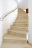 Escalera espiral en el chalet español grande que conduce al dormitorio. Fotos de archivo