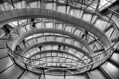 Escalera espiral en el edificio de oficinas imagenes de archivo