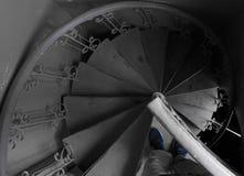 Escalera espiral en el viejo cierre del tren encima de espirales y de líneas descendentes de escaleras fotografía de archivo