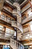 Escalera espiral en la biblioteca jurídica en el capitolio del estado de Iowa Foto de archivo