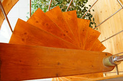 Escalera espiral en la casa de madera moderna. Fotografía de archivo libre de regalías