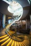 Escalera espiral en pasillo del hotel Imagen de archivo libre de regalías