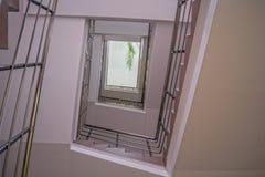 Escalera espiral en uno de los edificios de la ciudad imagen de archivo libre de regalías