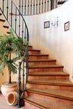 Escalera espiral hermosa en hogar de lujo grande Fotografía de archivo
