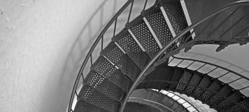Escalera espiral interior blanco y negro del faro de Piedras Blancas en la costa central de California Imagen de archivo