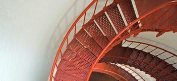 Escalera espiral interior del faro de Piedras Blancas en la costa central de California Imagenes de archivo