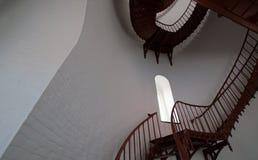 Escalera espiral interior y ventana arqueada dentro del faro de Piedras Blancas en la costa central de California Imágenes de archivo libres de regalías