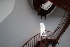 Escalera espiral interior y ventana arqueada dentro del faro de Piedras Blancas en la costa central de California Fotos de archivo libres de regalías