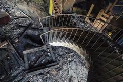 Escalera espiral oxidada vieja que va abajo Fotos de archivo