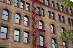 Escalera espiral roja Foto de archivo libre de regalías