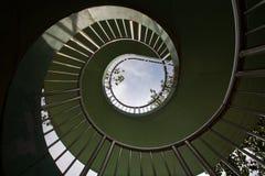 Escalera espiral y cielo Fotos de archivo libres de regalías