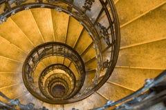 Escalera espiral y pasos de progresión de piedra en torre vieja Imagen de archivo