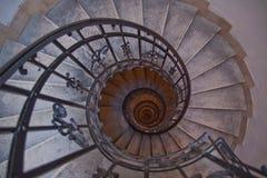 Escalera espiral y pasos de progresión de piedra en torre vieja Imagen de archivo libre de regalías
