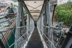 Escalera estrecha del hierro que desciende abajo del tejado Imágenes de archivo libres de regalías