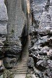 Escalera estrecha en el bosque de la piedra de SShilin, área natural mundialmente famosa del karst, China Foto de archivo
