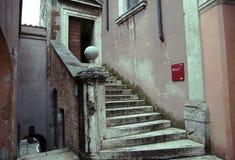 Escalera externa en un castillo antiguo Fotos de archivo