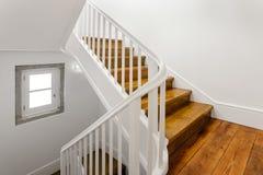 Escalera hermosa con el suelo de parqué Imagenes de archivo
