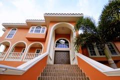 Escalera hermosa que lleva a la entrada. Imagen de archivo libre de regalías