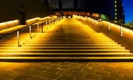 Escalera iluminada del edificio de oficinas que exhala hasta la entrada en ciudad de la noche Fotos de archivo
