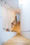 Escalera interior blanca moderna Imagen de archivo