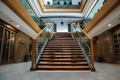 Escalera interior, visión desde arriba, en un interior moderno Foto de archivo