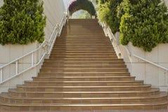 Escalera larga que sube. Imagen de archivo